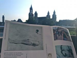 Aan het Vrijthof met de brochure van The Unwritten in Marres